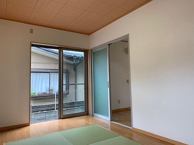 和洋室。琉球畳が趣きがあります。