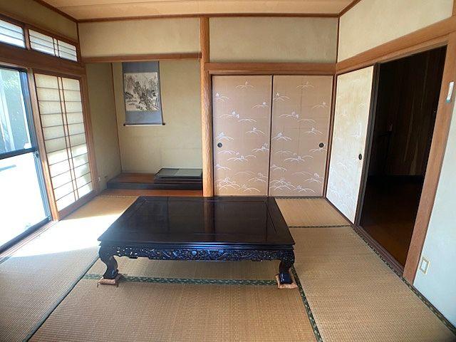 趣きのある床の間付の和室