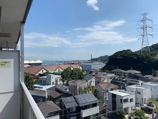 バルコニーからは海を眺めることができます。和布刈スカイマンションⅠ番館707号