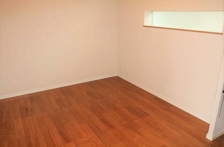 広い洋室。明るいです。