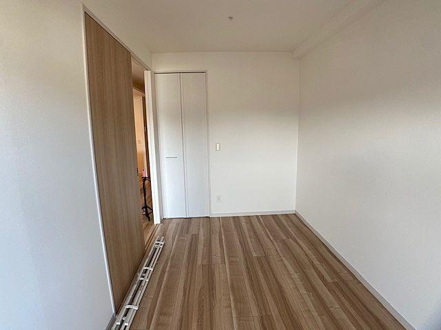 収納のある洋室。フローリングの状態も良好です(^^)/
