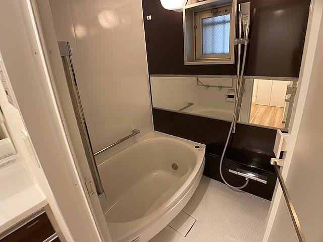 足を伸ばせるサイズの浴槽。窓があり換気ができます。