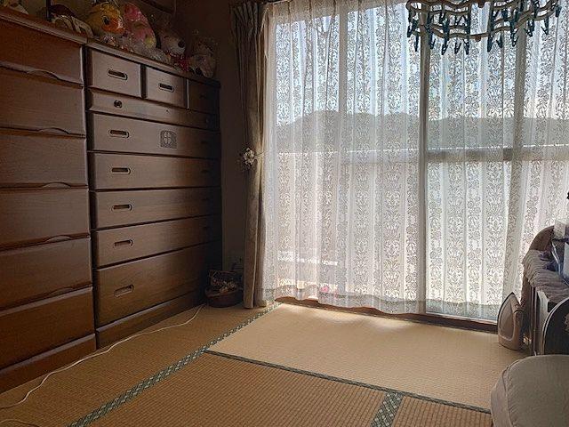 明るい和室。優しい陽射しが室内に入ってきます。