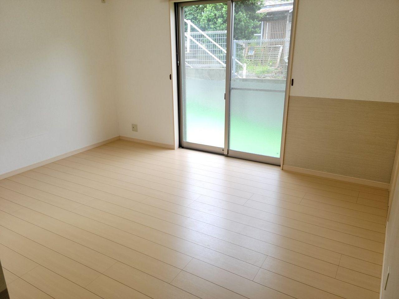 1階の洋室です。2面採光なので明るいです。収納もしっかりあります。