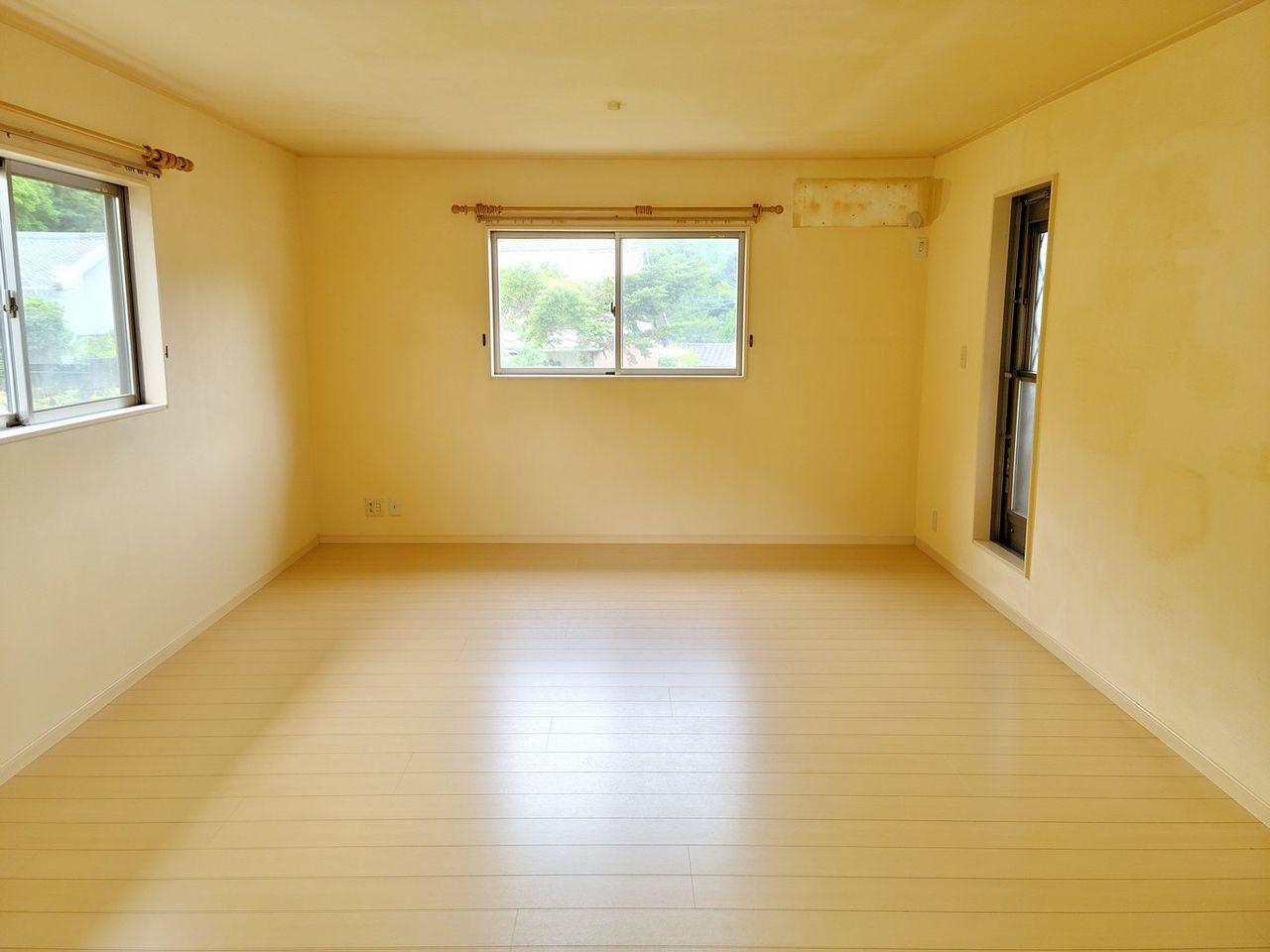 窓が沢山あるので室内明るいです。家具など配置しやすいです。