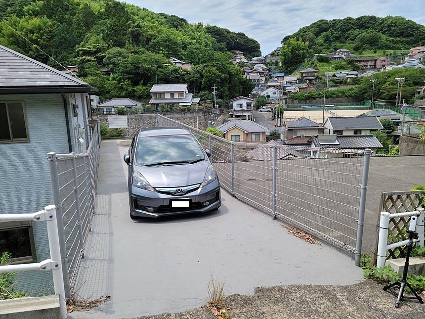 玄関前にある駐車スペースです。縦列で駐車できます。玄関が近いので荷物の多い時も助かりますね。