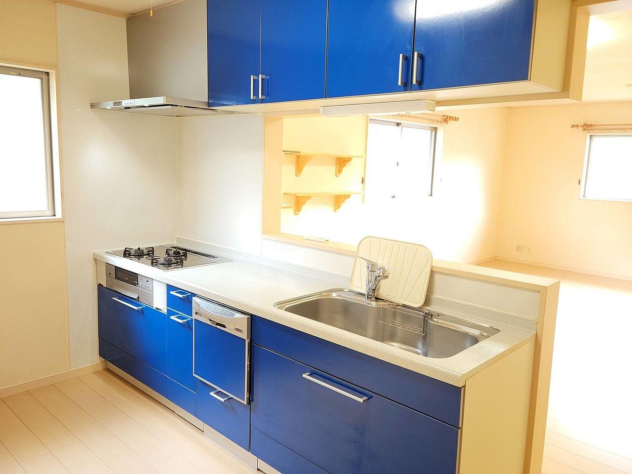 使いやすいシステムキッチンです。食洗機や浄水器も付いています。対面なので調理をしながらでも家族との会話を楽しめます。