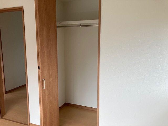 棚も会ってカラーボックスなども収納できます。