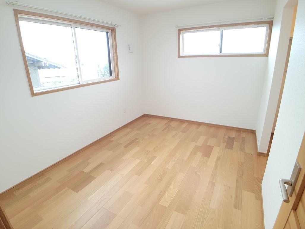 ベッドや机など置ける広さがあります。