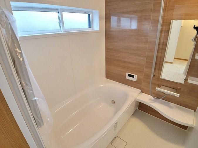 浴室乾燥暖房機付きです。浴槽も広くゆったりと湯船に浸かれますね。