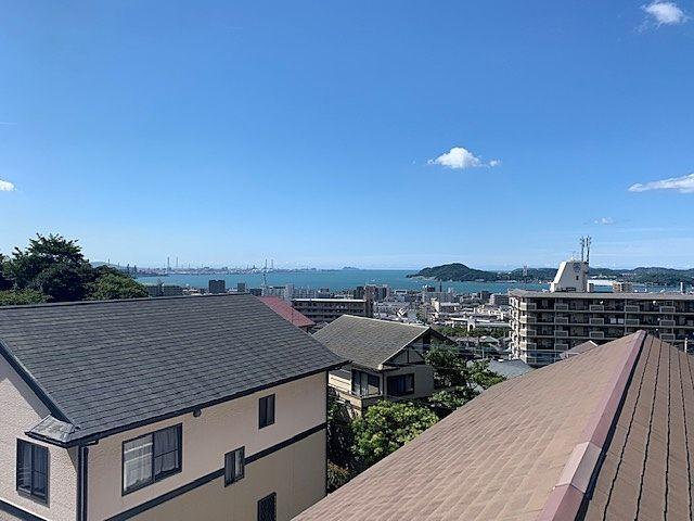 2階の洋室から海が見えます。
