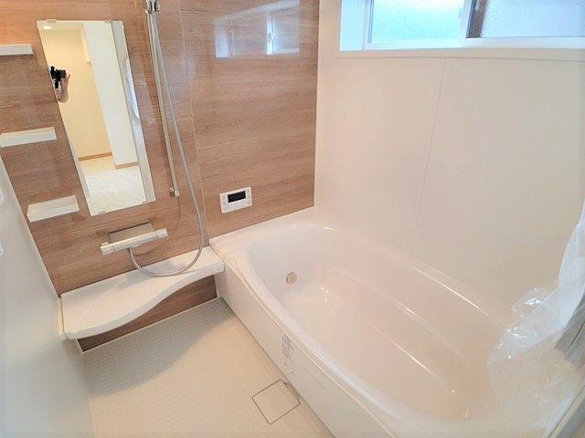 足を伸ばして入ることができるサイズの浴槽です。一日の疲れを癒せます。