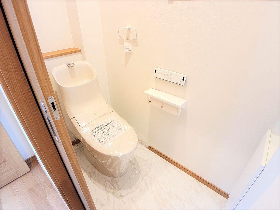 1階のトイレドアはスライド式になっています。スペースを広く活用できます。