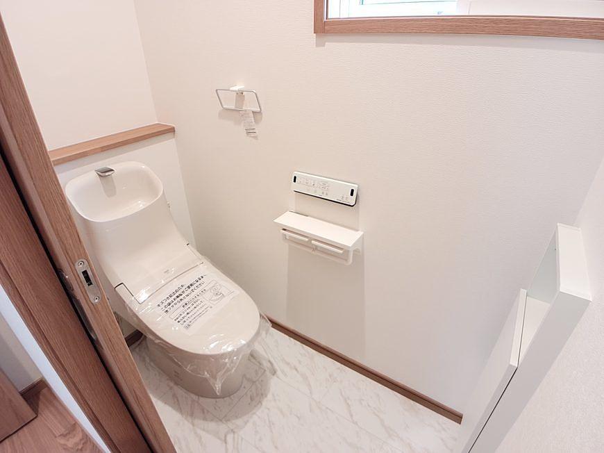 ウォシュレット付きです。2階にもトイレがあります。