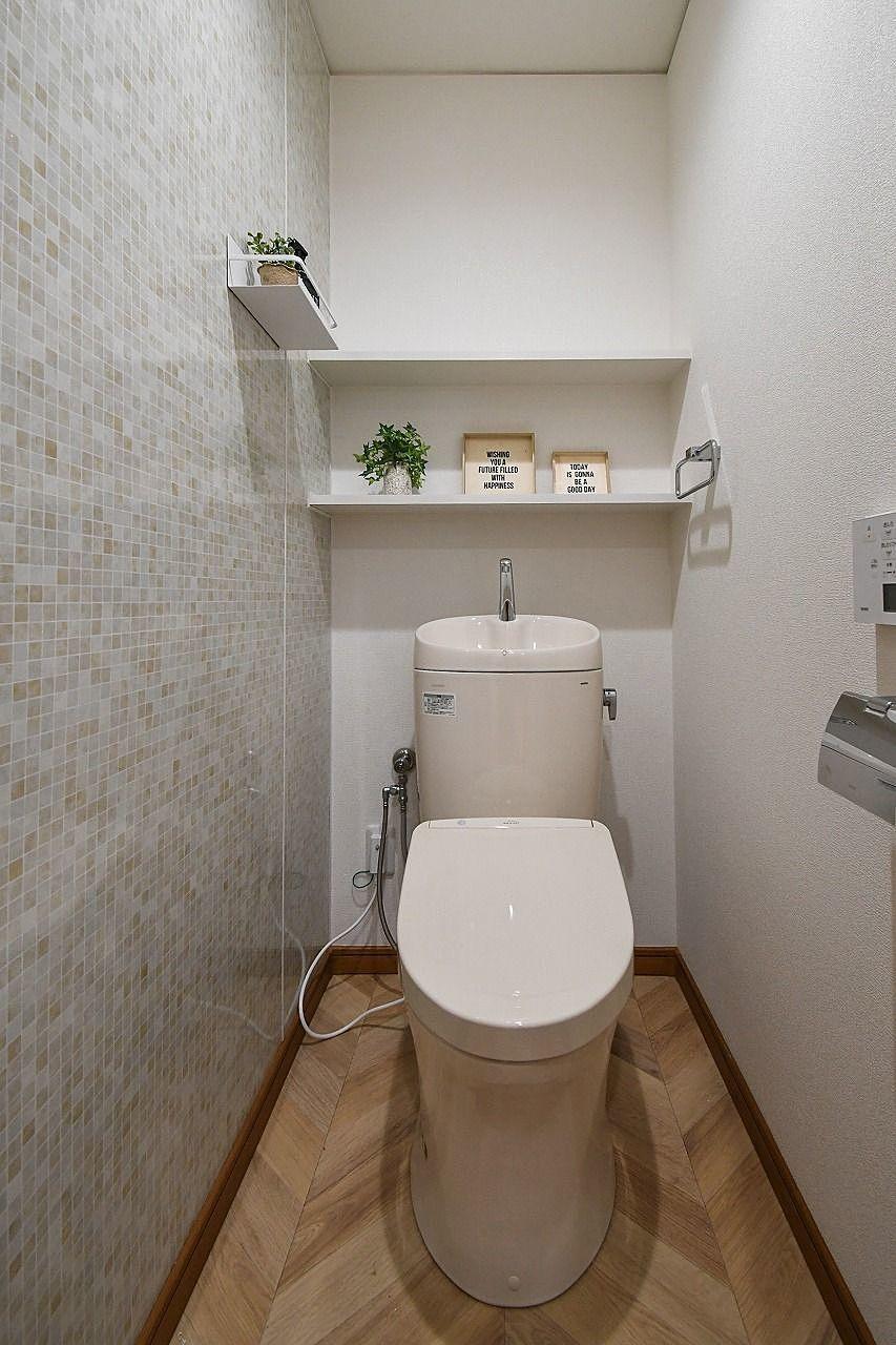 ウォシュレット付きのトイレです(^^)/ 棚も付いています♬