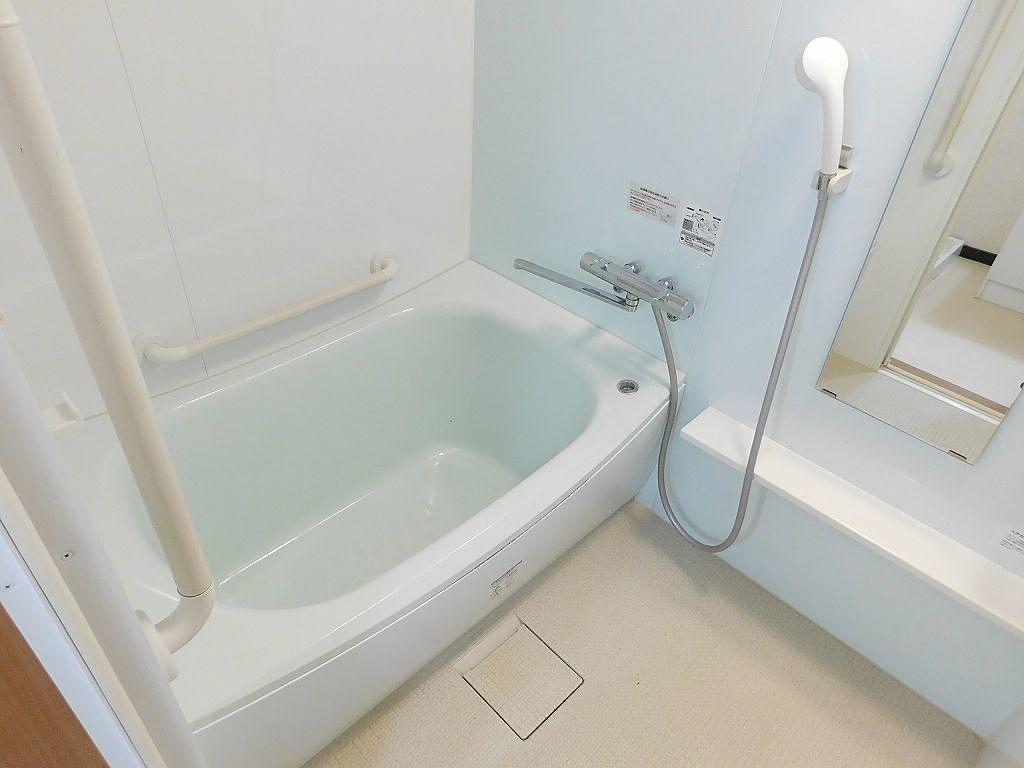 足を伸ばせるサイズの浴槽。1日の疲れを癒すことができます。